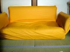 黄色いソファー