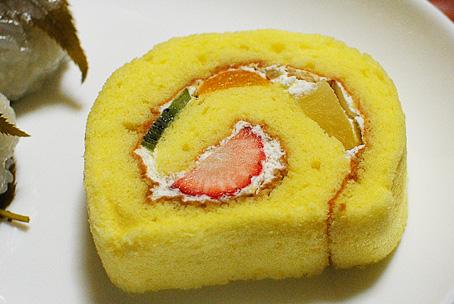 フルーツ生ロールケーキカット