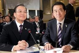 202 10月4日、ASEM開幕式に出席した菅直人首相(右)と中国の温家宝首相