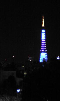 日の丸カラーの東京タワー