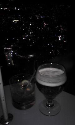 夜景をバックに乾杯