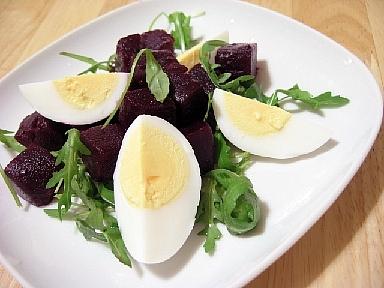 卵のピクルスとビーツのサラダ