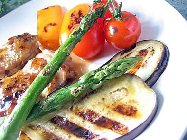鶏のソテーニンニクバター醤油ソースグリル野菜添え3