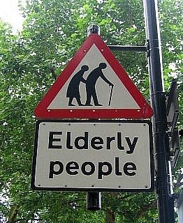 お年寄りに注意道路標識