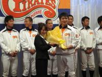 2011.11.21 マンダリンパイレーツ感謝の集いでの土田投手への花束贈呈