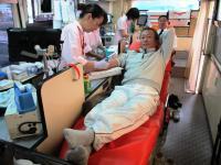 2011.12.11 献血をする新居浜ライオンズクラブの久保田幹事
