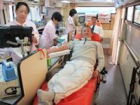 2011.12.11 献血をする新居浜ライオンズクラブの久保田幹事2
