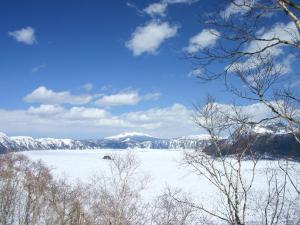 「春を待つ摩周」~氷解を待つ春浅き摩周湖