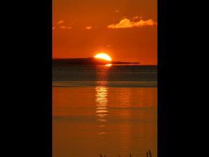 サロマ湖に沈む サロマ湖の夕暮れ時の風景