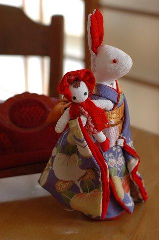 文化人形を抱く