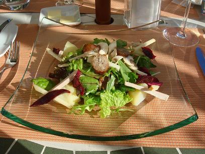 アルザス風サラダ(自家製ハムとソーセージ、ビーツとリンゴ入り)
