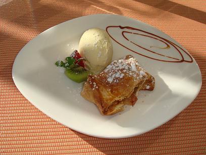 アルザス風リンゴと胡桃のパン包み焼き、バニラアイスを添えて