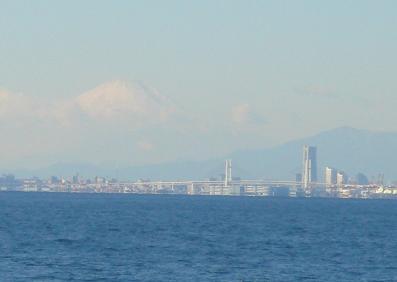 海から見る富士山