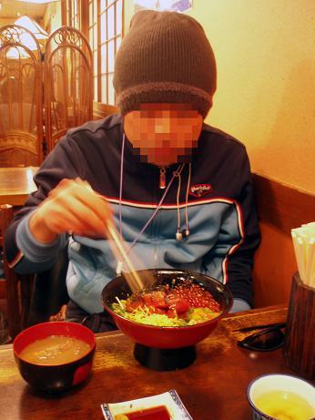 海鮮丼を食すT谷さん