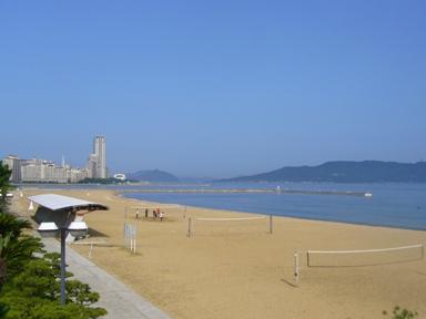砂浜と海。