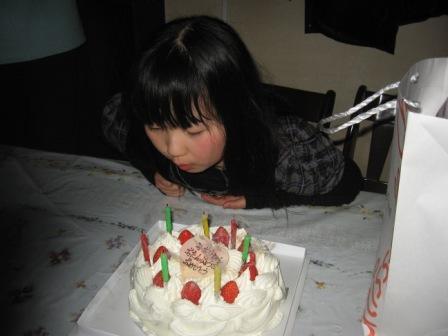 IMG_0015誕生日ケーキを吹き消す実織
