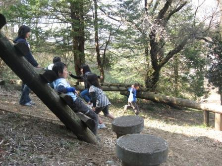 IMG_0025山で遊ぶ子供たち