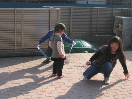 IMG_0032お庭で遊ぶ三人2