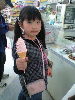 090406桜アイスを食べる実織
