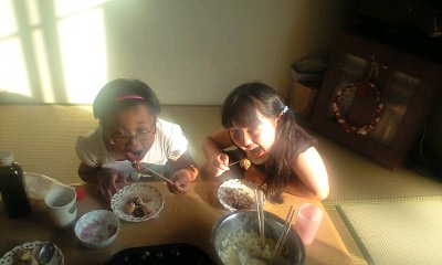 090612実織と優ちゃんたこ焼き食べる