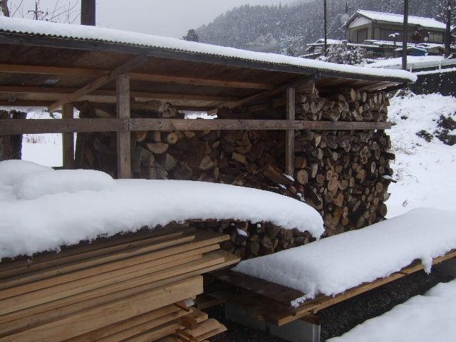薪棚にも雪は積もる