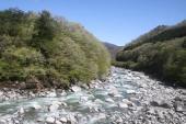 渡良瀬川に沿って走る