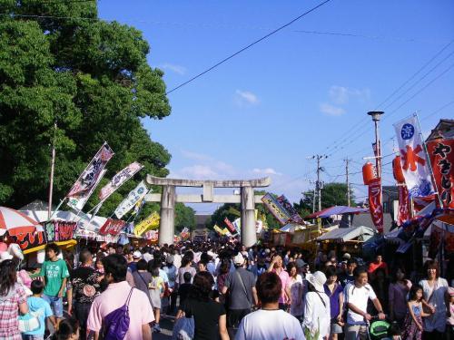 箱崎バス停付近参道から筥崎宮を望む。秋晴れの日曜日人が物凄く多い(汗)