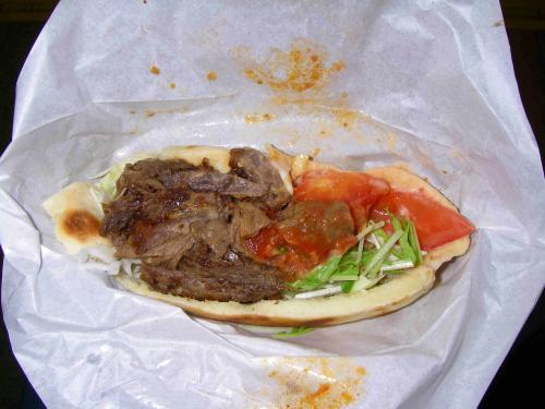 露店で買った。トルコの郷土料理シシカバブ-。中辛をチョイスしたのだが、そんなに辛くなかった。ちなみに¥500也