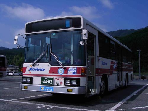 脇山営業所内にて脇山2483。暑い晩夏の昼に佇んでいた。