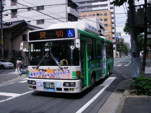 博多区奈良屋町、西町筋と交差する交差点にて博多9128のギャラリーバス。博多小の児童が乗っています