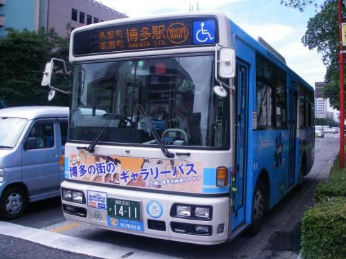 祇園町にて博多2117のギャラリーバス。早速運用されてます