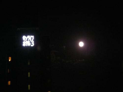 中秋の名月@博多駅筑紫口。露出下げても撮影は難しいものだ
