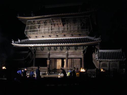 幻想的なライトアップされた聖福寺。