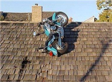 屋根のバイク