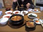 韓国料理の定番。キムチ各種にチゲ、そして石焼きビビンバ