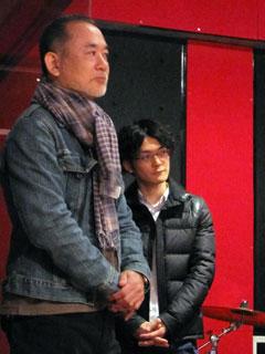 アフレコを見学する入江と青木純さん