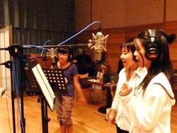 歌練習中の3人の声優