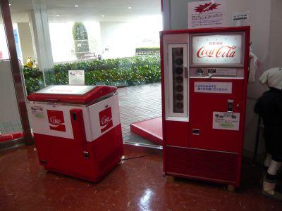 エコラ館エントランスにある昔の瓶コーラの販売機