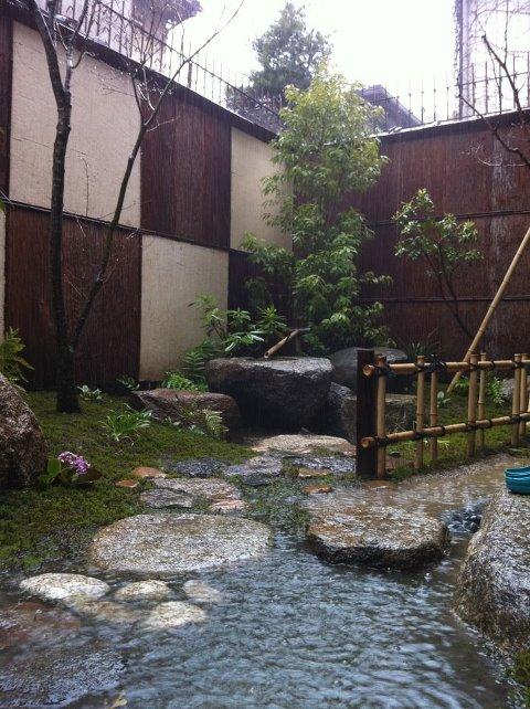 大阪阿倍野ゲストハウスおどりの雨のお庭