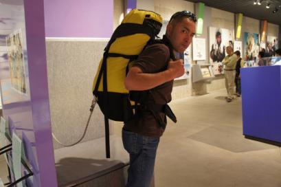 荷物体験。めっちゃ重いリュックを背負って過酷な山に挑戦してたんですね~。