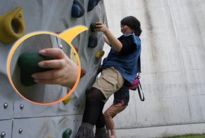 サスガ、みっちゃんは指の力でウォールクライミングをやってます