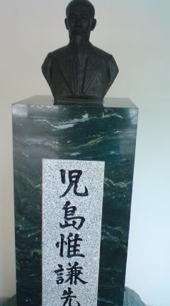 児島先生の像