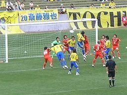 熊本ゴール前でのCKで競り合う両チーム。JFLの栃木SCが格上のJ2熊本をPK戦の末破った。