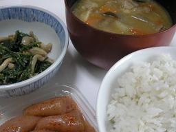 豚汁と麦飯をメインとした朝食。