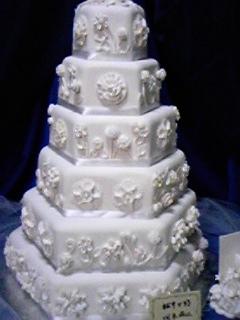 白の高いウエディングケーキ