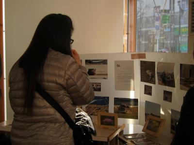 ミルシェ Sakuraさん被災地のおさしん展示の様子
