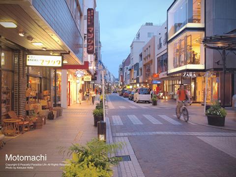 夏の夕方の横浜・元町商店街