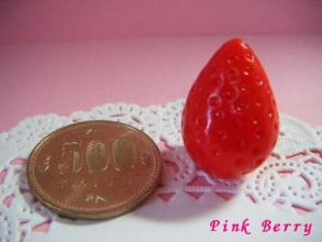つぶつぶ苺 500円玉と一緒