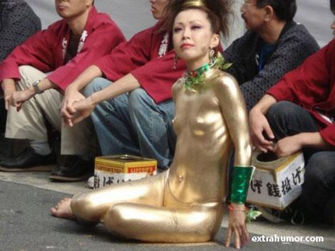 全身金塗りなパフォーマンス
