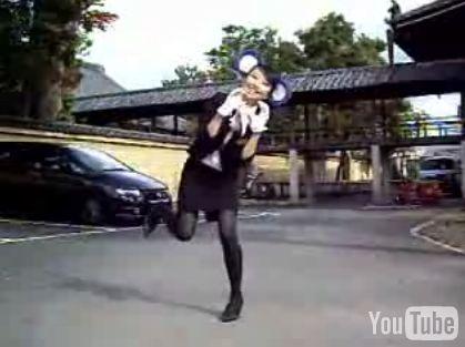 バスガイド風のお姉さんのドアラダンス
